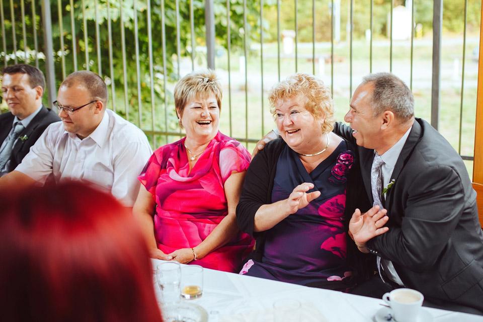 Lidé se baví na svatbě