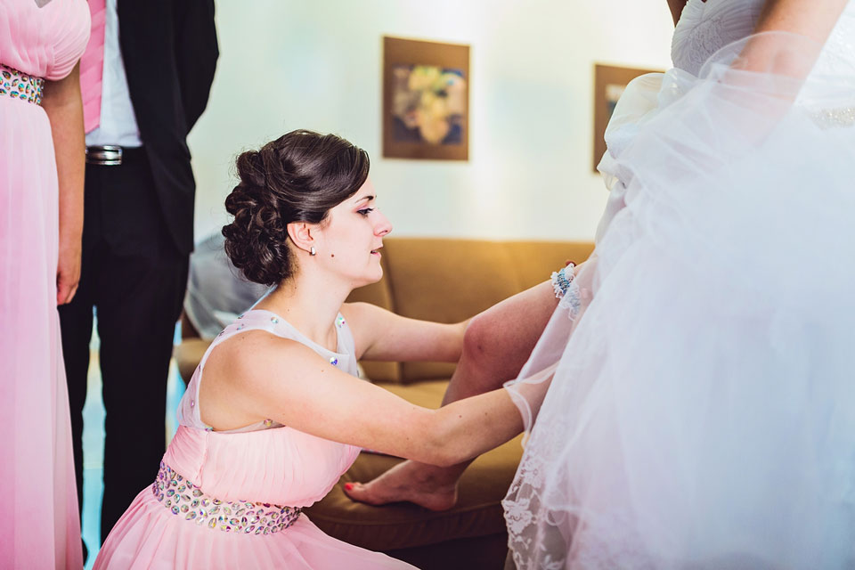 Navlékání podvazku nevěstě