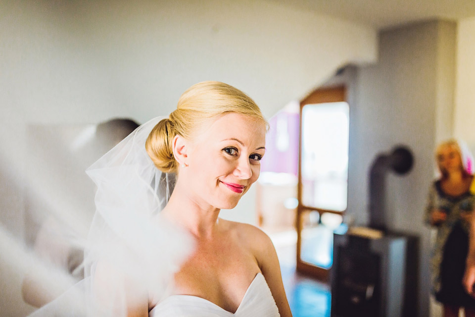 Nevěsta a její krásný svatební závoj