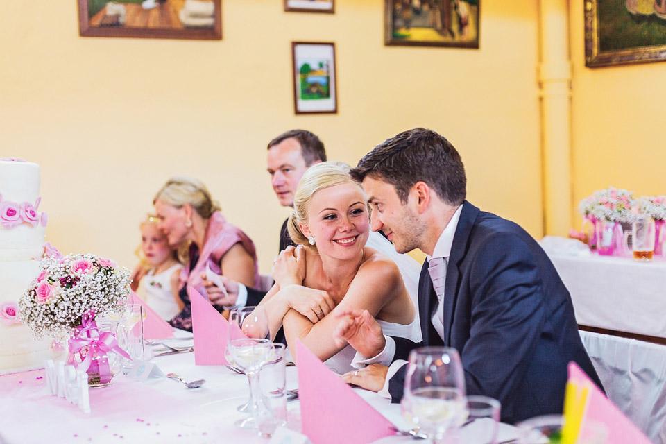 Nevěsta a ženich čekají na polévku