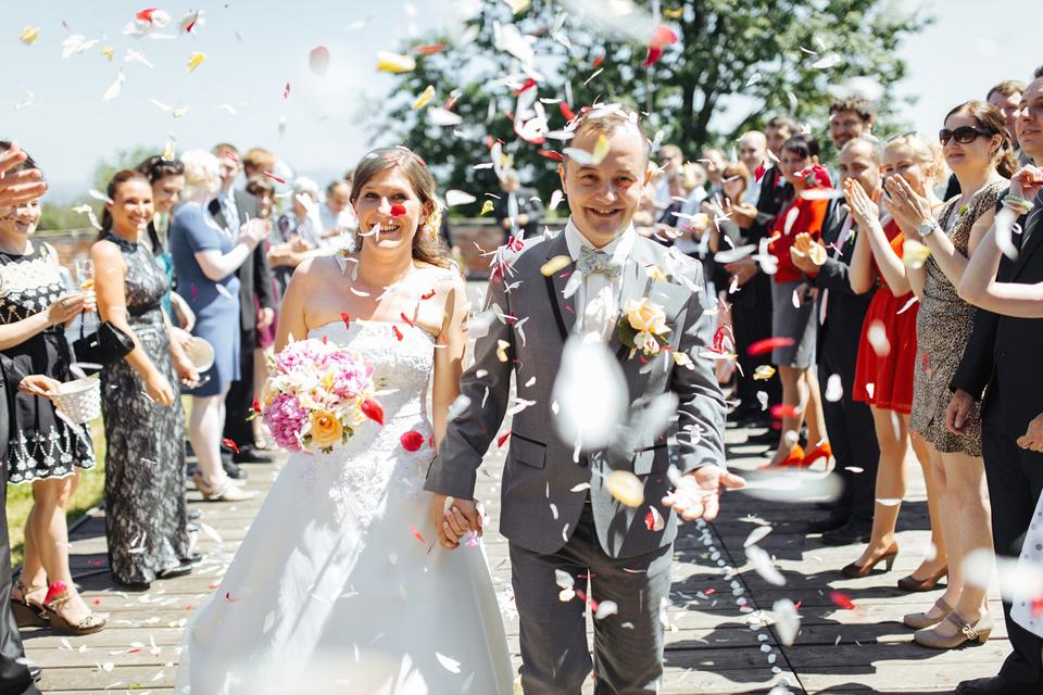 Nevěsta a ženich procházejí špalírem