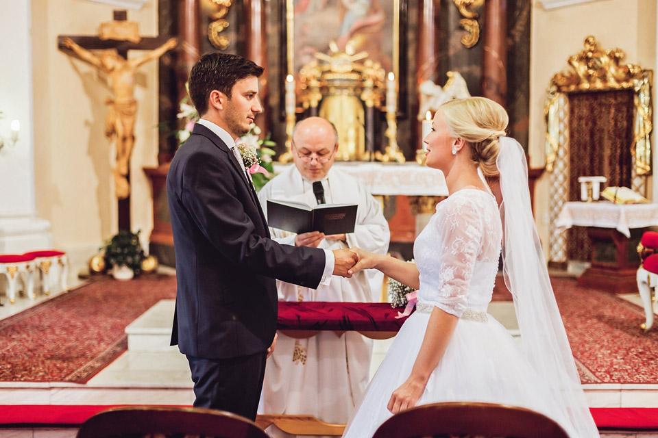 Nevěsta a ženich si dávají novomanželský slib