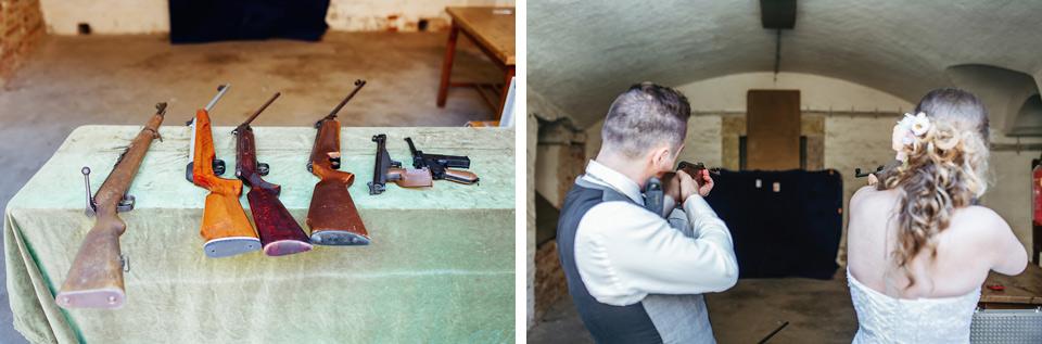 Nevěsta a ženich střílí na terč