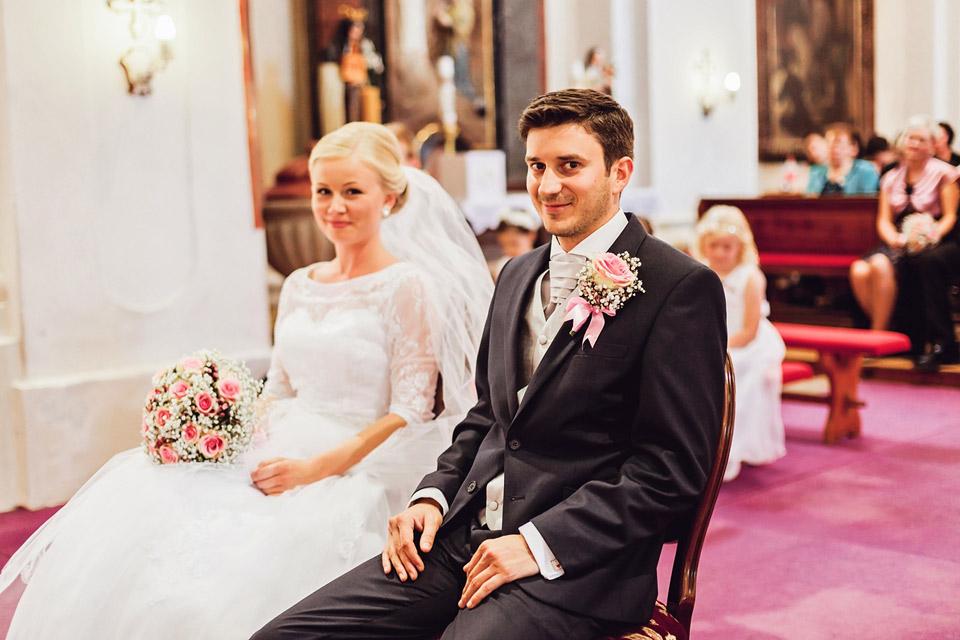 Nevěsta a ženich u obřadu