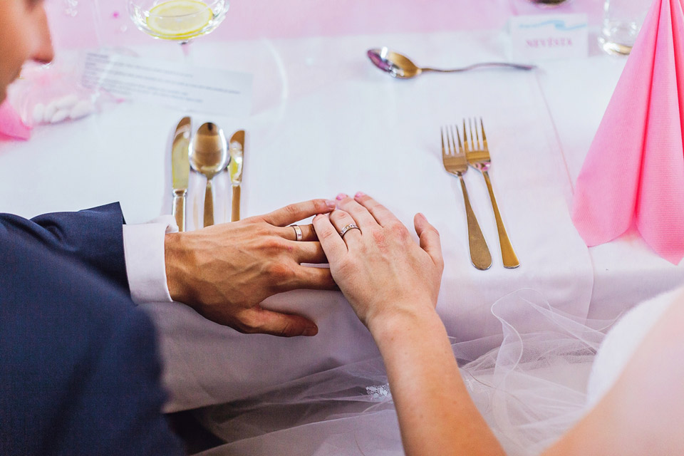 Nevěsta a ženich ukazují prstýnky