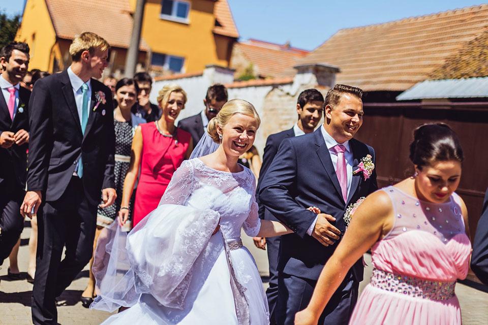 Nevěsta kráčí vesele k obřadu