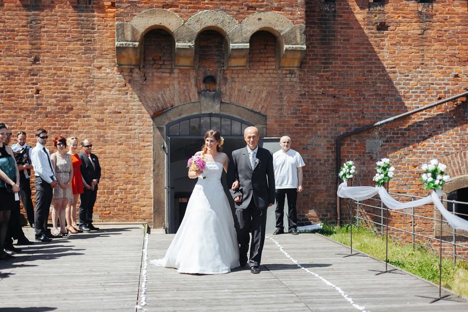 Nevěsta přichází k oltáři