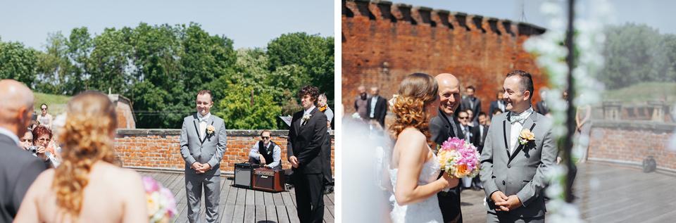 Nevěsta přichází k ženichovi