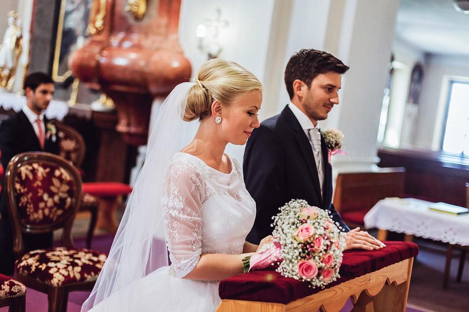 Nevěsta s ženichem před oltářem
