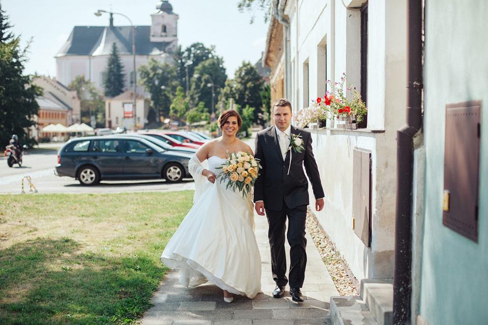 Nevěsta s ženichem přicházejí