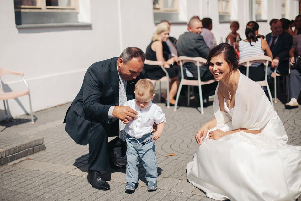Nevěsta se baví s hosty