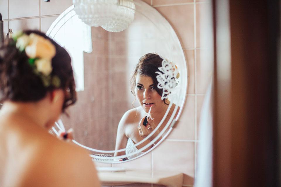 Nevěsta se maluje v koupelně