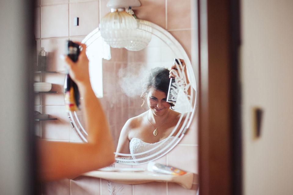 Nevěsta se připravuje v koupelně