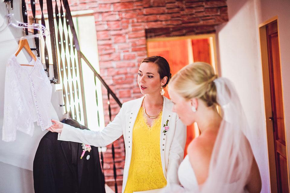 Nevěsta si s kamarádkou prohlíží bolerko