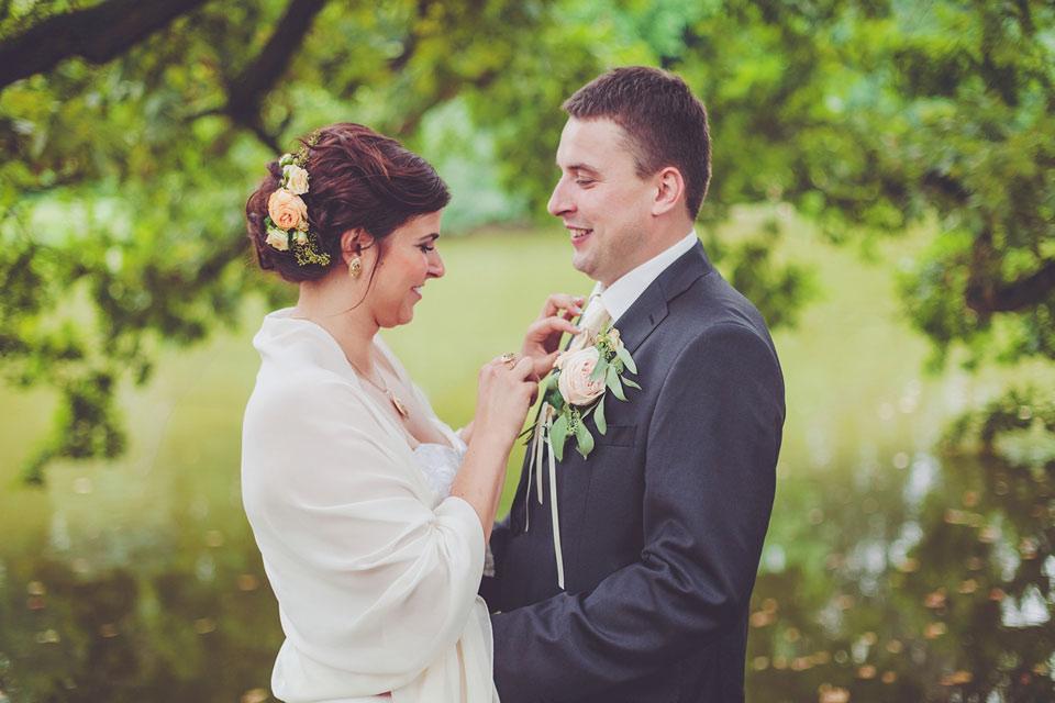 Nevěsta upravuje ženicha před focením