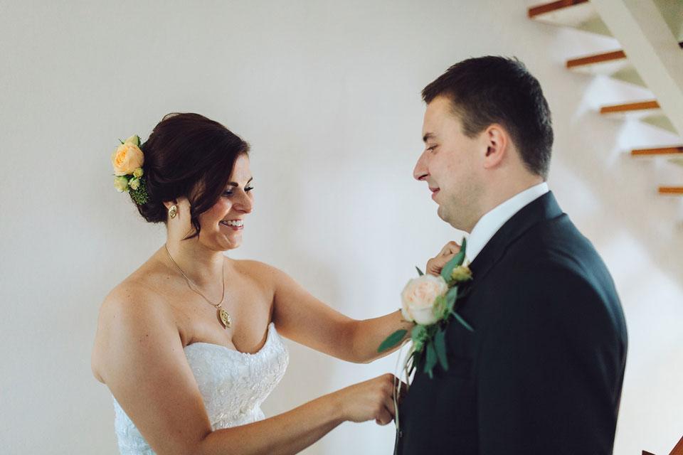 Nevěsta upravuje ženicha