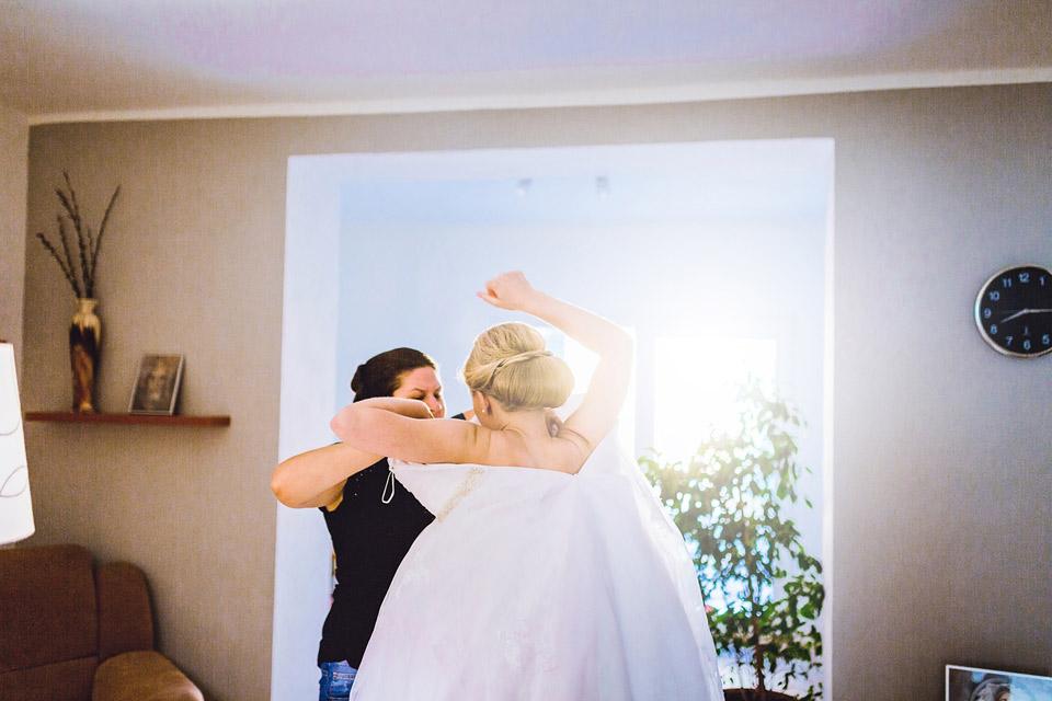 Oblékání šatů nevěstě