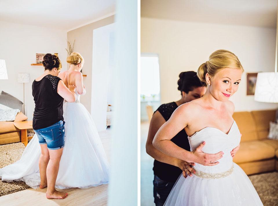 Oblékání svatebních šatů nevěstě
