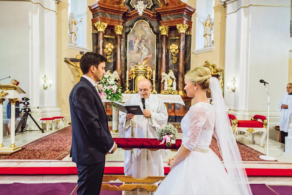 Pan farář oddává novomanžele