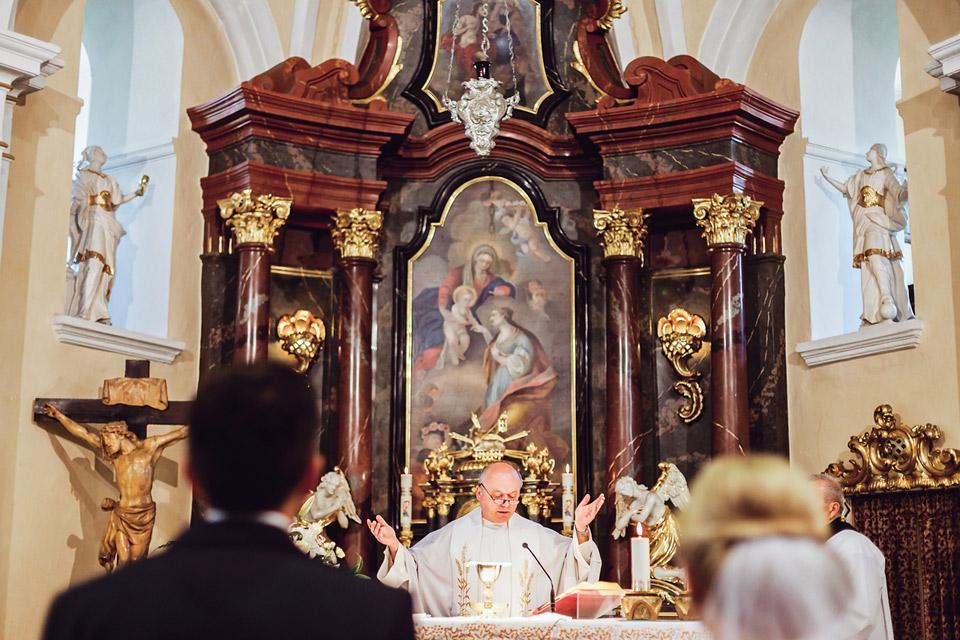 Pan farář v kostele