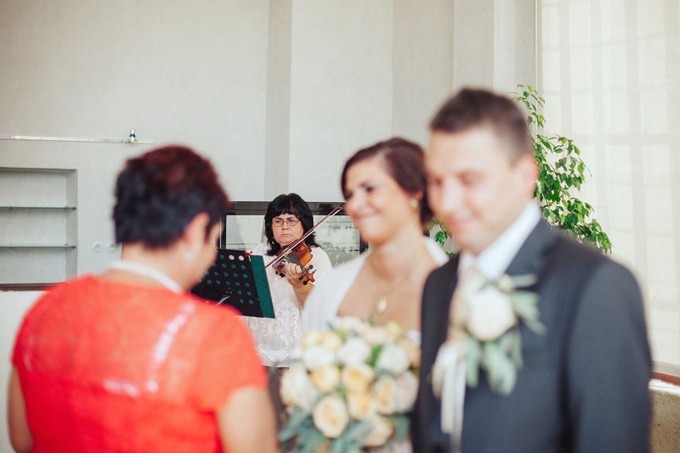 Paní houslistka hraje na svatbě