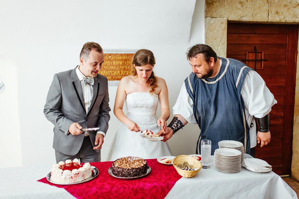 Páže pomáhá s porcováním dortu