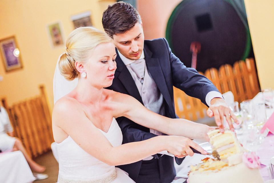Porcování svatebního dortu