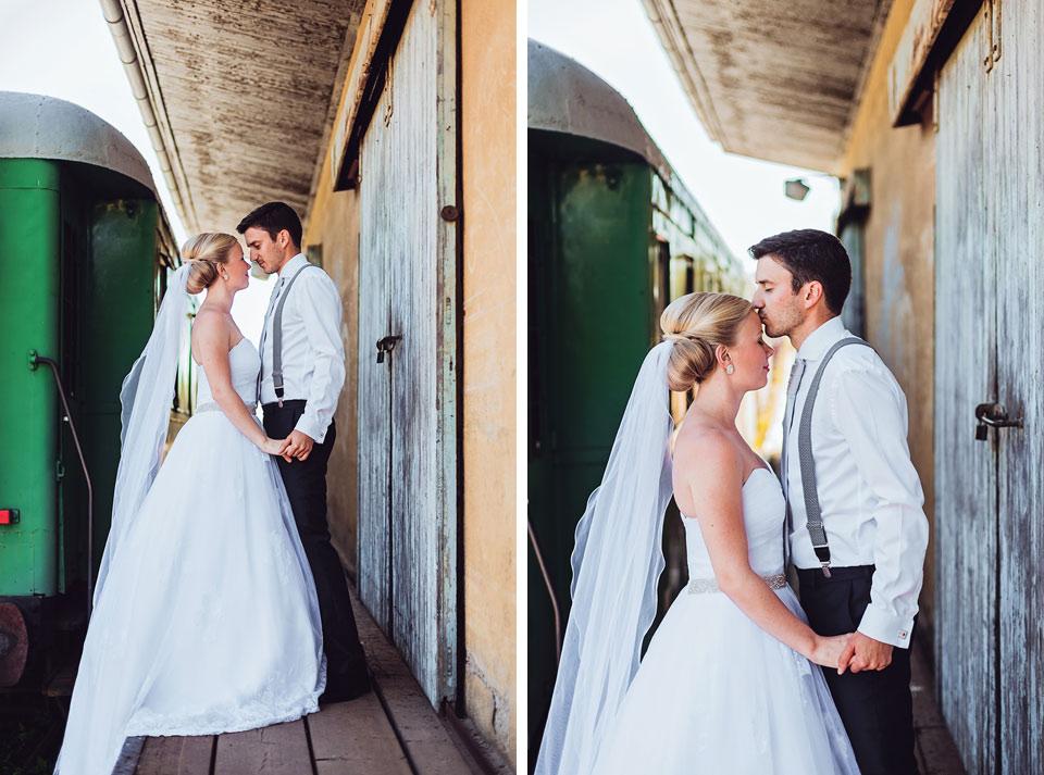 Portrét nevěsty a ženicha na nádraží