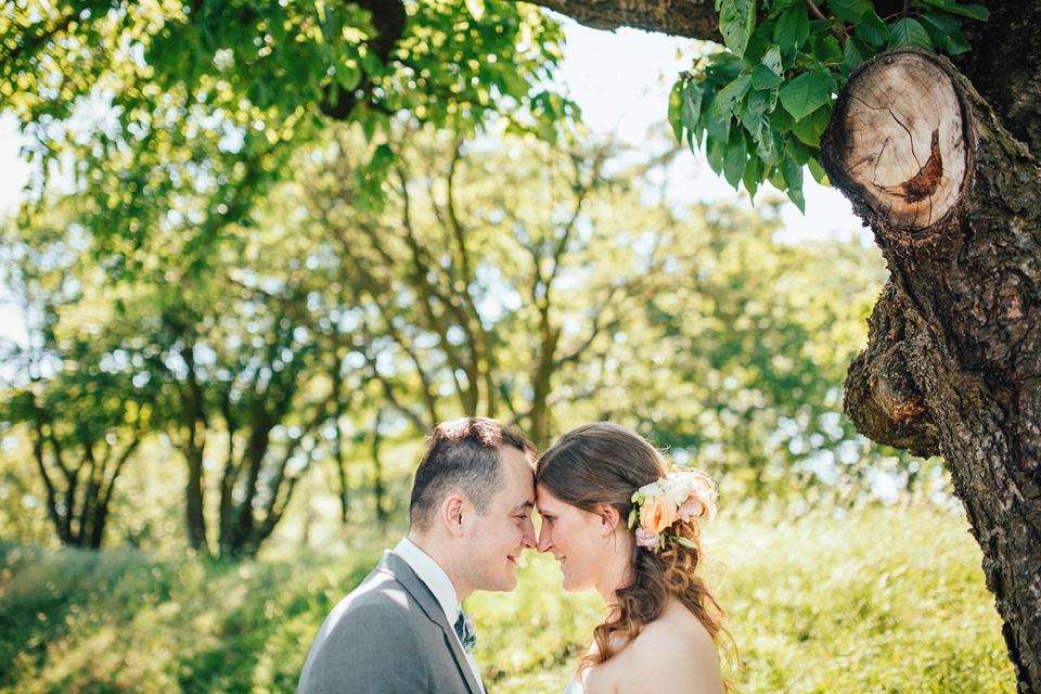 Portrét nevěsty a ženicha pod stromem