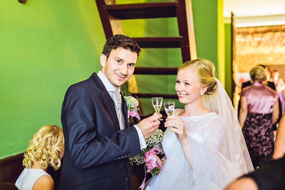 Přípitek nevěsty a ženicha