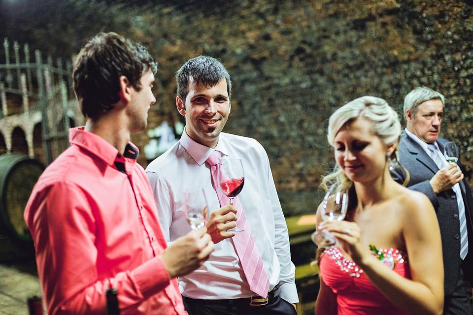 Probíhá degustace vína