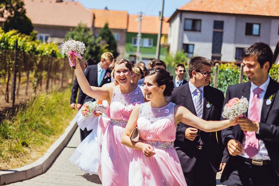 Procesí svatebčanů směrem k obřadu