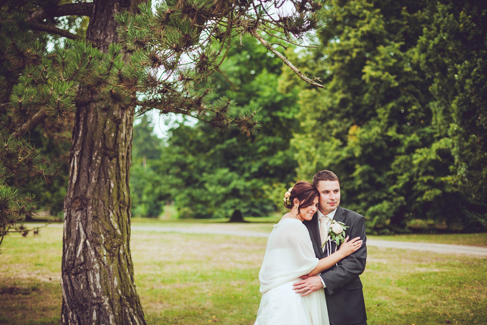 Romantický svatební portrét v parku