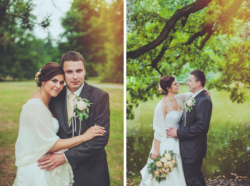 Svatební dvojportrét v parku