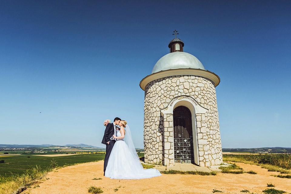 Svatební fotografie od kapličky z Velkých Bílovic
