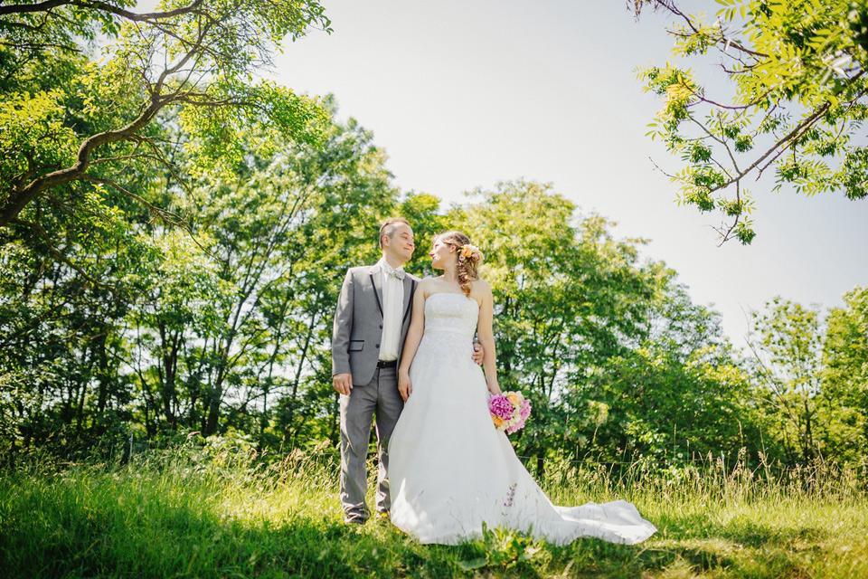 Svatební fotografie z ovocného sadu