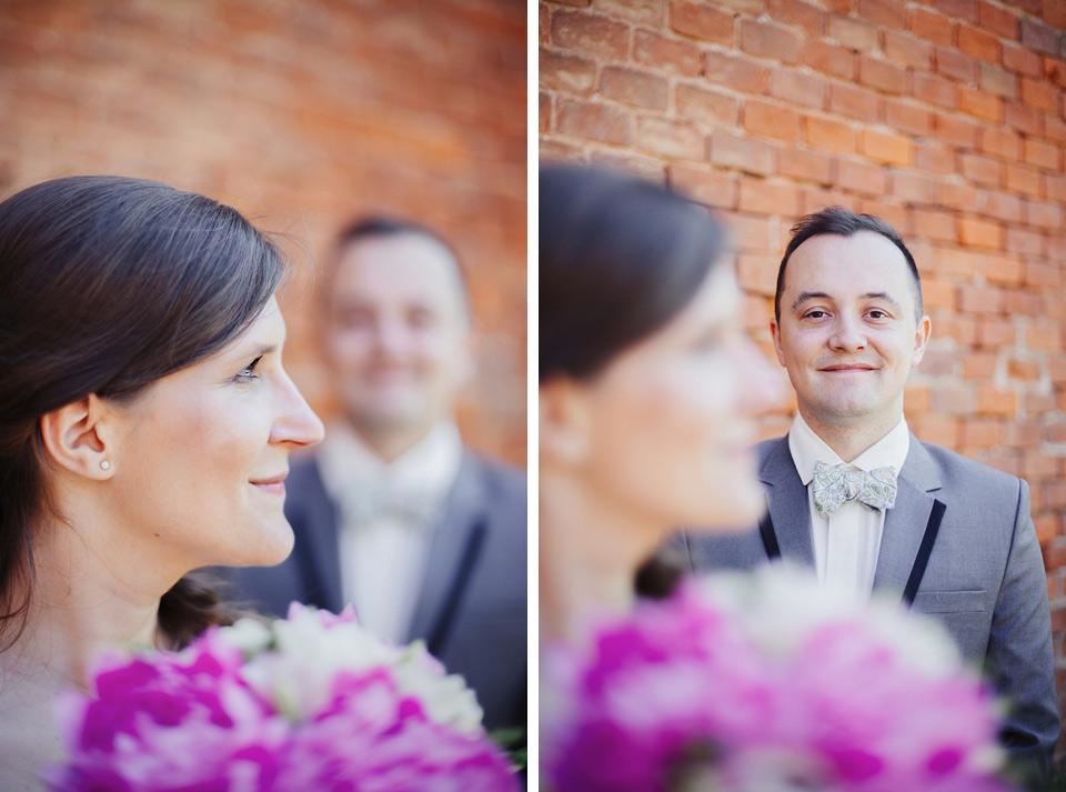 Svatební portrét před cihlovou zdí