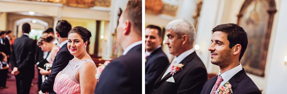 Svědci na svatbě čekají na nevěstu