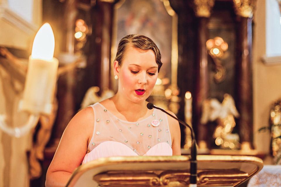 Svědkyně předčítá na svatbě