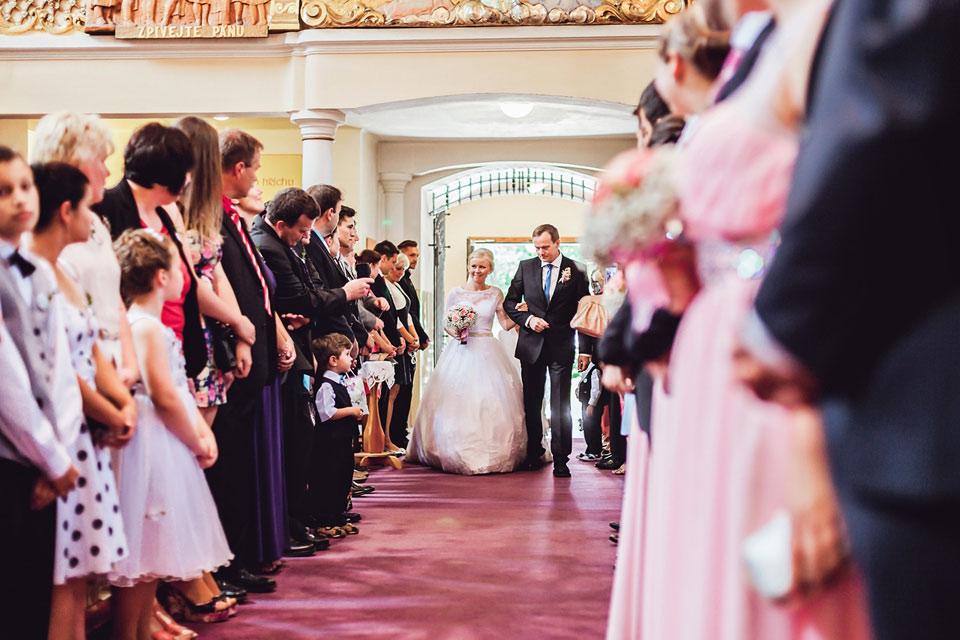 Tatínek přivádí nevěstu k obřadu