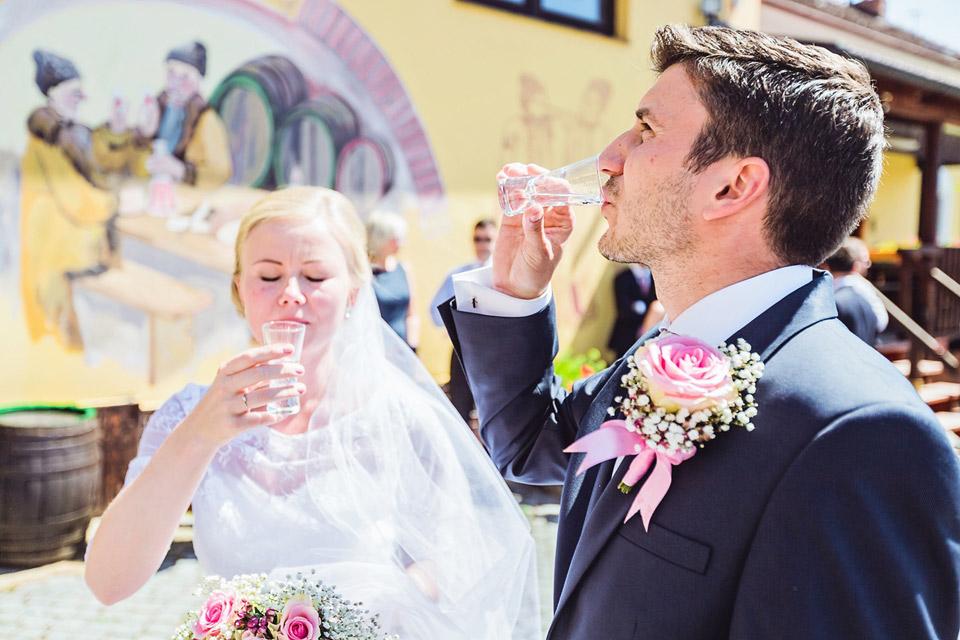 Uvítací přípitek nevěsty a ženicha