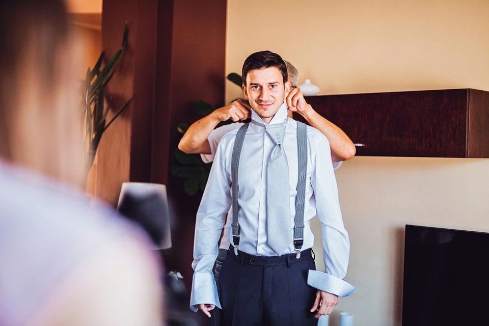 Vázání kravaty ženichovi