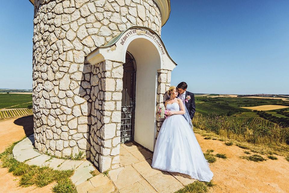 Velké Bílovice a kaplička s novomaželi