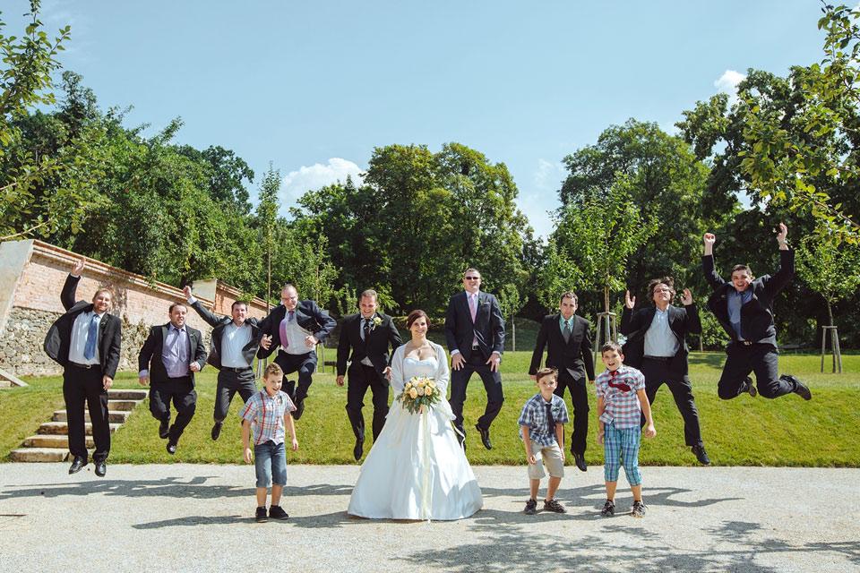 Veselá fotka nevěsty a jejích kamarádů