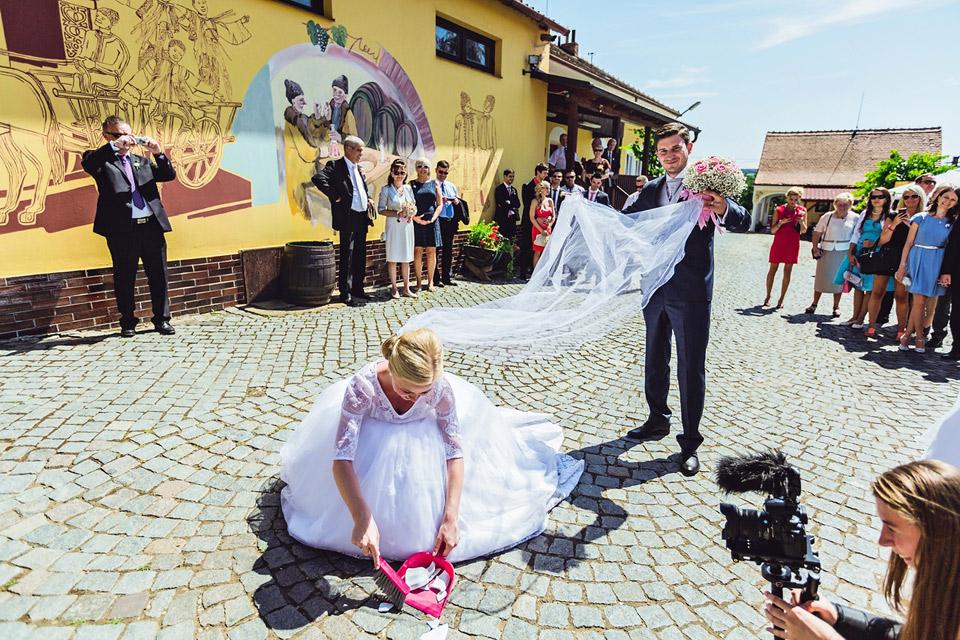 Zametání talířku na svatbě