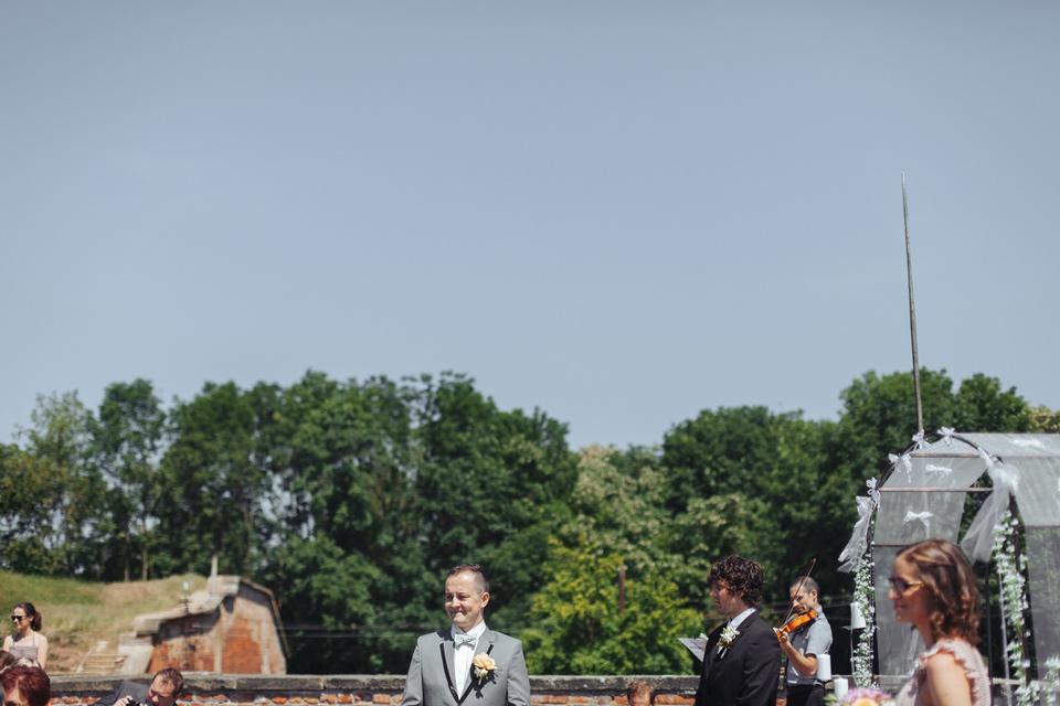 Ženich očekává nevěstu u oltáře