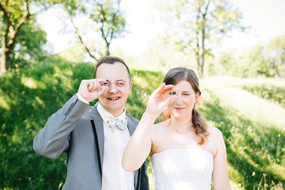 Ženich s nevěstou koukají přes prstýnky