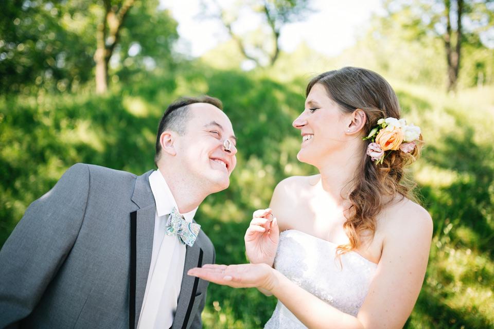 Ženich upouští svůj svatební prsten