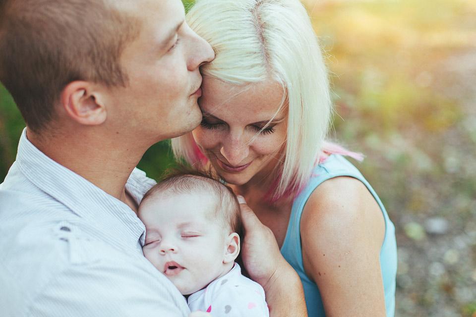 portret-spokojene-rodinky-se-spicim-miminkem