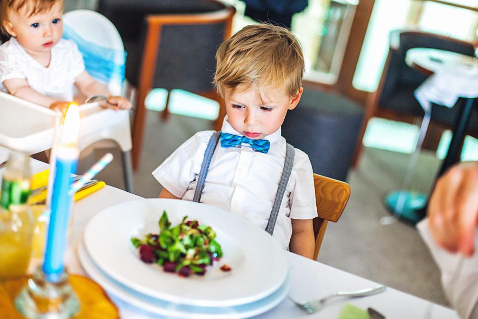 107-nektere-deti-cekaji-od-svatebniho-menu-vice